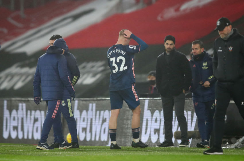 SOUTHAMPTON, ENGLAND - JANUARY 26: Emile Smith Rowe of Arsenal leaves the pitch as he is substituted off due to injury during the Premier League match between Southampton and Arsenal at St Mary's Stadium on January 26, 2021 in Southampton, England. Sporting stadiums around the UK remain under strict restrictions due to the Coronavirus Pandemic as Government social distancing laws prohibit fans inside venues resulting in games being played behind closed doors. (Photo by Marc Atkins/Getty Images)