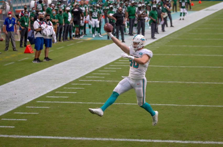 Miami Dolphins tight end Adam Shaheen (80) scores the Dolphins first down after being found wide open in the first quarter against the New York Jets at Hard Rock Stadium in Miami Gardens, October 18, 2020. [ALLEN EYESTONE/The Palm Beach Post]