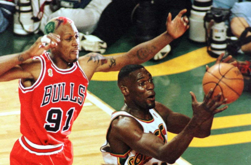SEATTLE, UNITED STATES: Shawn Kemp (R), of the Seattle SuperSonics, grabs a rebound from Dennis Rodman of the Chicago Bulls 14 June during first half of game five in the NBA Finals at Key Arena in Seattle. The Bulls lead the series 3-1. AFP PHOTO/Dan LEVINE (Photo credit should read DAN LEVINE/AFP via Getty Images)
