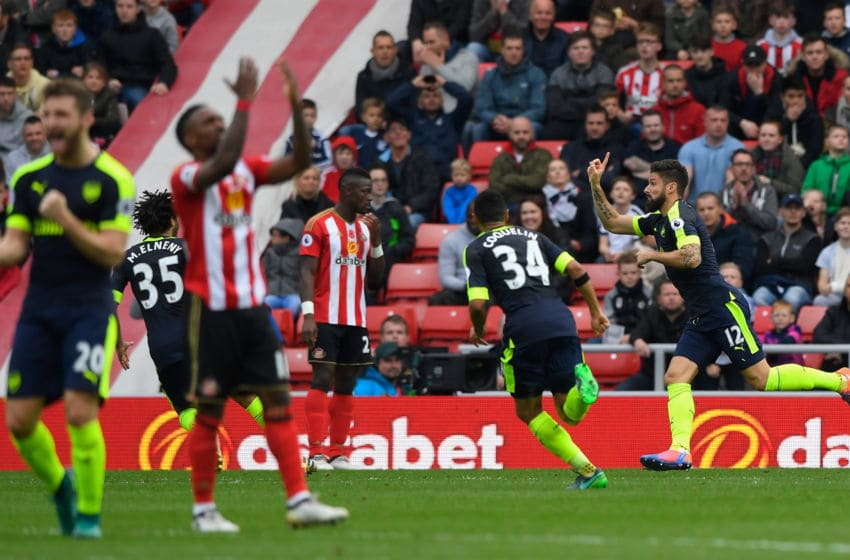 SUNDERLAND, ENGLAND - OCTOBER 29: Olivier Giroud of Arsenal (R) celebrates scoring his sides second goal with his Arsenal team mates as Jermain Defoe (l) reacts during the Premier League match between Sunderland and Arsenal at the Stadium of Light on October 29, 2016 in Sunderland, England. (Photo by Stu Forster/Getty Images)