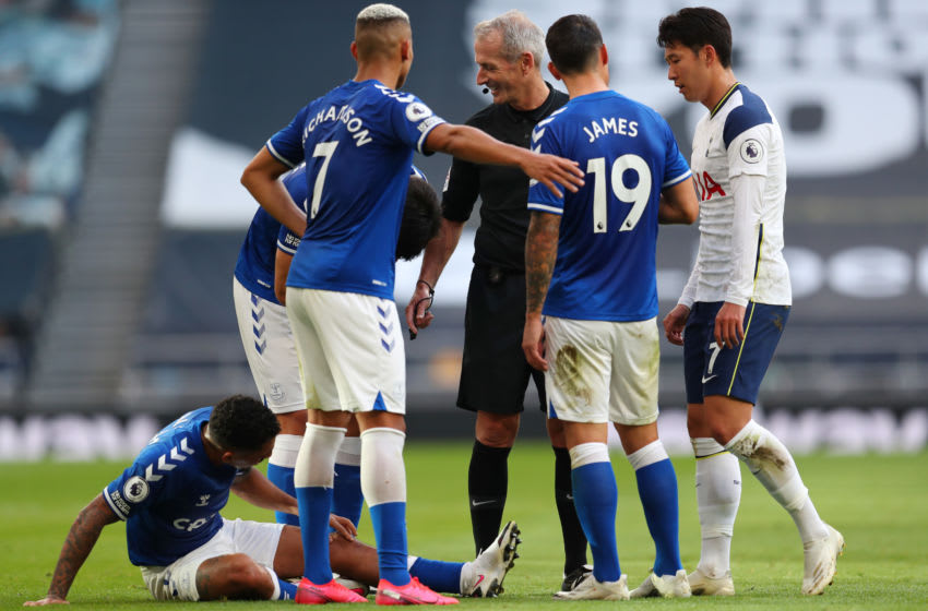 LONDON, ENGLAND - SEPTEMBER 13: Referee Martin Atkinson speaks to Allan, Richarlison, James Rodriguez of Everton and Son Heung-Min of Tottenham Hotspur during the Premier League match between Tottenham Hotspur and Everton at Tottenham Hotspur Stadium on September 13, 2020 in London, England. (Photo by Catherine Ivill/Getty Images)