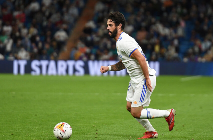 MADRID, SPAIN - SEPTEMBER 25: Isco Alarcon of Real Madrid controls the ball during the La Liga Santander match between Real Madrid CF and Villarreal CF at Estadio Santiago Bernabeu on September 25, 2021 in Madrid, Spain. (Photo by Denis Doyle/Getty Images)