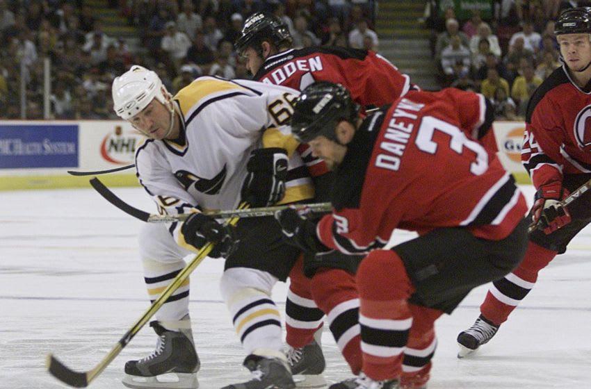 19 mai 2001: Mario Lemieux # 66 des Penguins de Pittsburgh combat Ken Danyko # 3 des Devils du New Jersey au cours de la première période du match 4 de la finale de la Conférence Est au Mellon Arena de Pittsburgh, Pennsylvanie. Image digitale. Crédit obligatoire: Jamie Squire / ALLSPORT