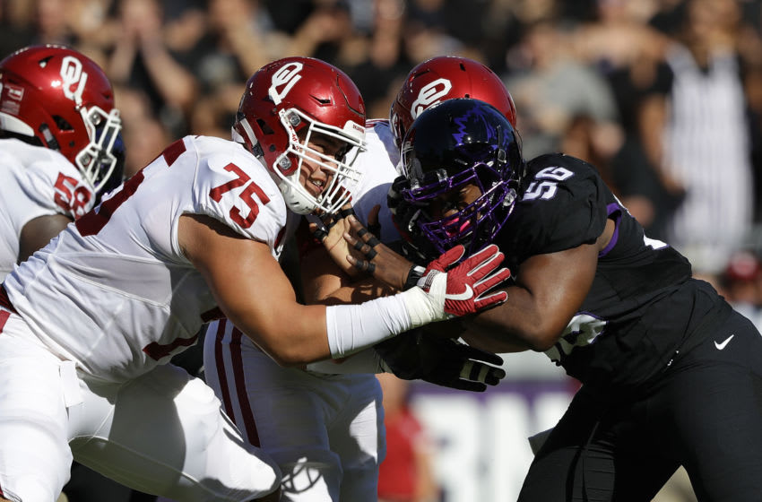 FORT WORTH, TX - OCTOBER 01: Dru Samia #75 of the Oklahoma Sooners and Chris Bradley #56 of the TCU Horned Frogs in the first half at Amon G. Carter Stadium on October 1, 2016 in Fort Worth, Texas. (Photo by Ronald Martinez/Getty Images)