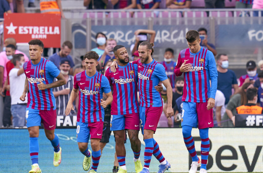 BARCELONA, SPAIN - SEPTEMBER 26: Memphis Depay of FC Barcelona celebrates with team mates after scoring his team's first goal during the LaLiga Santander match between FC Barcelona and Levante UD at Camp Nou on September 26, 2021 in Barcelona, Spain. (Photo by Pedro Salado/Quality Sport Images/Getty Images)