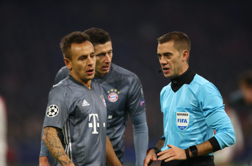 AMSTERDAM, NETHERLANDS - DECEMBER 12: Match referee, Clement Turpin speaks with Rafinha and Robert Lewandowski of Bayern Munich during the UEFA Champions League Group E match between Ajax and FC Bayern Muenchen at Johan Cruyff Arena on December 12, 2018 in Amsterdam, Netherlands. (Photo by Dean Mouhtaropoulos/Getty Images)