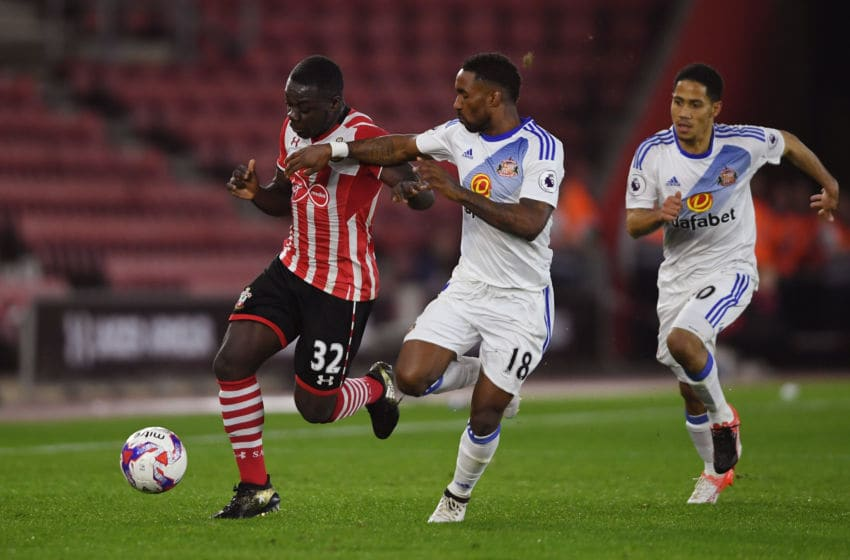 SOUTHAMPTON, ENGLAND - OCTOBER 26: Olufela Olomola of Southampton (L) and Jermain Defoe of Sunderland (R) battle for possession during the EFL Cup fourth round match between Southampton and Sunderland at St Mary's Stadium on October 26, 2016 in Southampton, England. (Photo by Mike Hewitt/Getty Images)