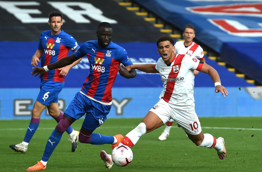 LONDON, ENGLAND - SEPTEMBER 12: Che Adams of Southampton is challenged by Cheikhou Kouyate of Crystal Palace during the Premier League match between Crystal Palace and Southampton at Selhurst Park on September 12, 2020 in London, England. (Photo by Andy Rain - Pool/Getty Images)