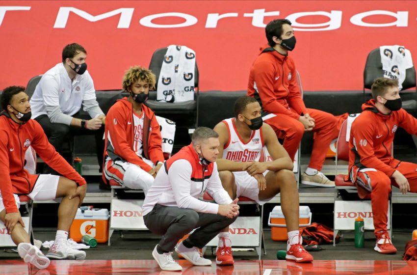 يشاهد كريس هولتمان ، المدرب الرئيسي لولاية أوهايو بوكيز ، من مقاعد البدلاء خلال مباراة كرة السلة للرجال في NCAA Division I Big Ten Conference يوم الأحد ضد فريق Michigan State Spartans في Value City Arena في كولومبوس ، أوهايو في 31 يناير 2021. فازت ولاية أوهايو بالمباراة 79-62.  31