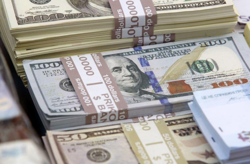 KIEV, UKRAINE - 2018/10/20: Souvenir banknotes of 100 US dollars and 50 US dollars. (Photo by Pavlo Conchar/SOPA Images/LightRocket via Getty Images)