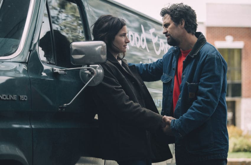 Pictured: Mark Ruffalo and Kathryn Hahn in Episode 1 of I Know This Much Is True - Courtesy of WarnerMedia - Photograph by Atsushi Nishijima/HBO