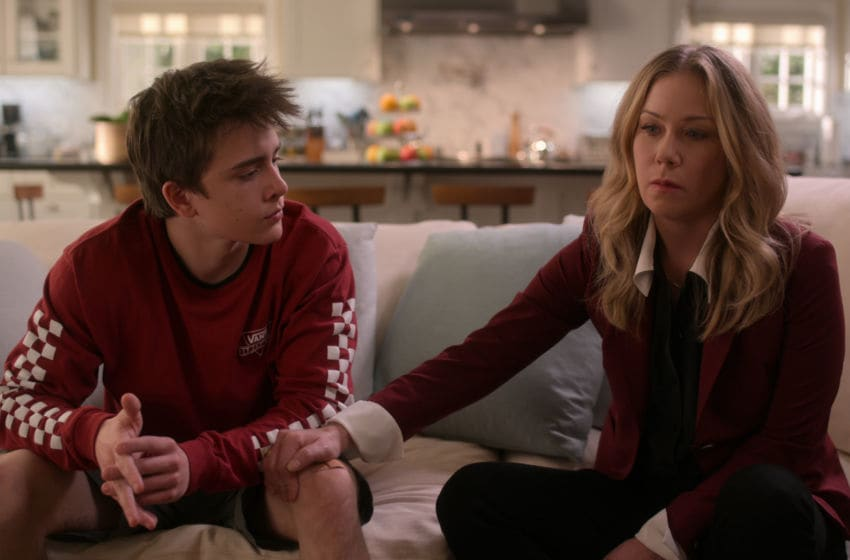 DEAD TO ME (L to R) SAM MCCARTHY as CHARLIE HARDING, CHRISTINA APPLEGATE as JEN HARDING in episode 8 of DEAD TO ME. Cr. Courtesy of Netflix/NETFLIX © 2020