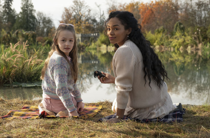 THE HAUNTING OF BLY MANOR (L to R) AMELIE SMITH as FLORA and TAHIRAH SHARIF as REBECCA JESSEL in episode 103 of THE HAUNTING OF BLY MANOR Cr. EIKE SCHROTER/NETFLIX © 2020