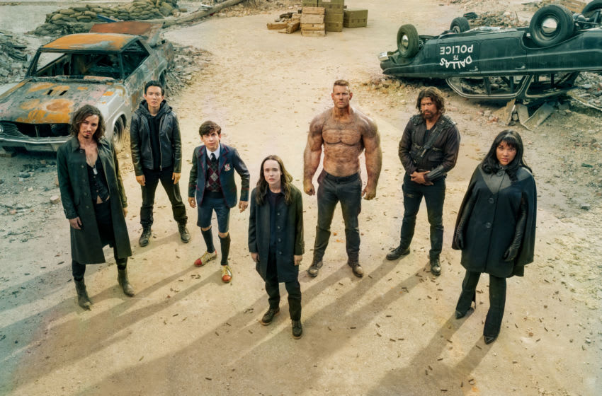"""THE UMBRELLA ACADEMY (L to R) ROBERT SHEEHAN as KLAUS HARGREEVES, JUSTIN H. MIN as BEN HARGREEVES, AIDAN GALLAGHER as NUMBER FIVE, ELLEN PAGE as VANYA HARGREEVES, TOM HOPPER as LUTHER HARGREEVES, DAVID CASTA""""EDA as DIEGO HARGREEVES and EMMY RAVER-LAMPMAN as ALLISON HARGREEVES in episode 201 of THE UMBRELLA ACADEMY Cr. CHRISTOS KALOHORIDIS/NETFLIX © 2020"""
