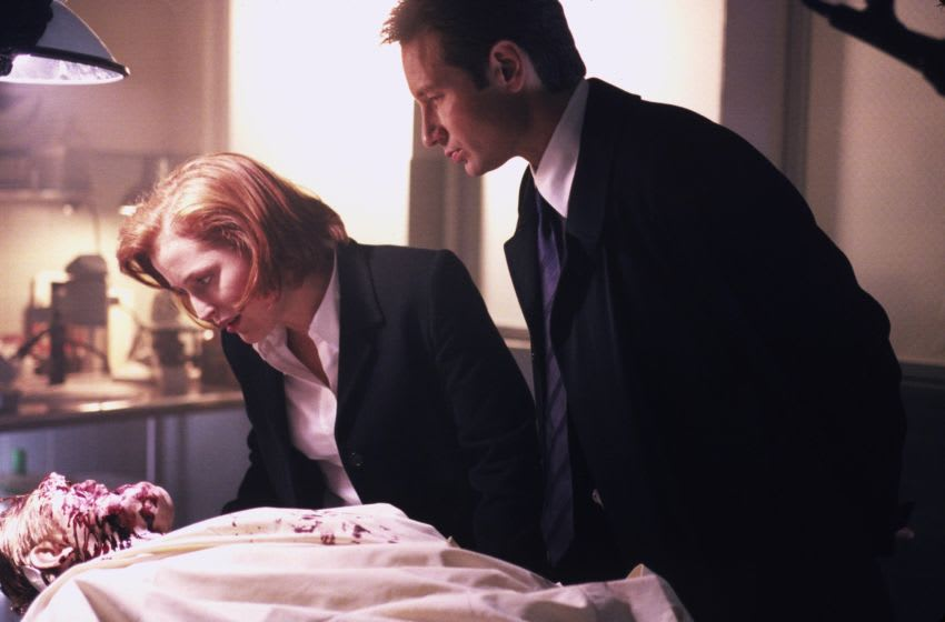 THE X-FILES - SEASON 7: Agent Dana Scully (Gillian Anderson, L) and Agent Fox Mulder (David Duchovny, R) investigate a murder linked to people who move faster than the eye can see in the 'Rush' episode of THE X-FILES which originally aired Sunday, Dec. 5, 1999 (9:00-10:00 PM ET/PT) on FOX. (Photo by FOX via Getty Images)