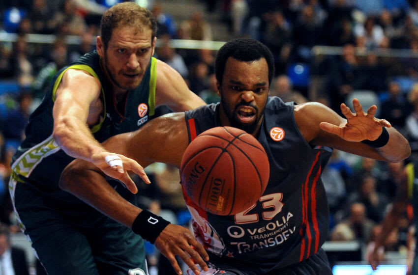 Unicaja's Croatian center Luka Zoric (L) vies with Elan Chalon's US center Shelden Williams (R) during the Euroleague Group B basketball match Unicaja Malaga vs Elan Chalon-sur-Saone at the J.M. Martin Carpena sports palace in Malaga on December 13, 2012. AFP PHOTO / JORGE GUERRERO (Photo credit should read Jorge Guerrero/AFP via Getty Images)