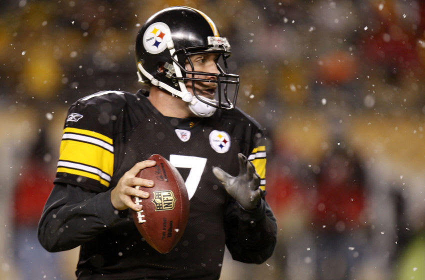 PITTSBURGH - NOVEMBER 20: Ben Roethlisberger #7 of the Pittsburgh Steelers looks to throw a fourth quarter pass against the Cincinnati Bengals on November 20, 2008 at Heinz Field in Pittsburgh, Pennsylvania. Pittsburgh won the game 27-10. (Photo by Gregory Shamus/Getty Images)