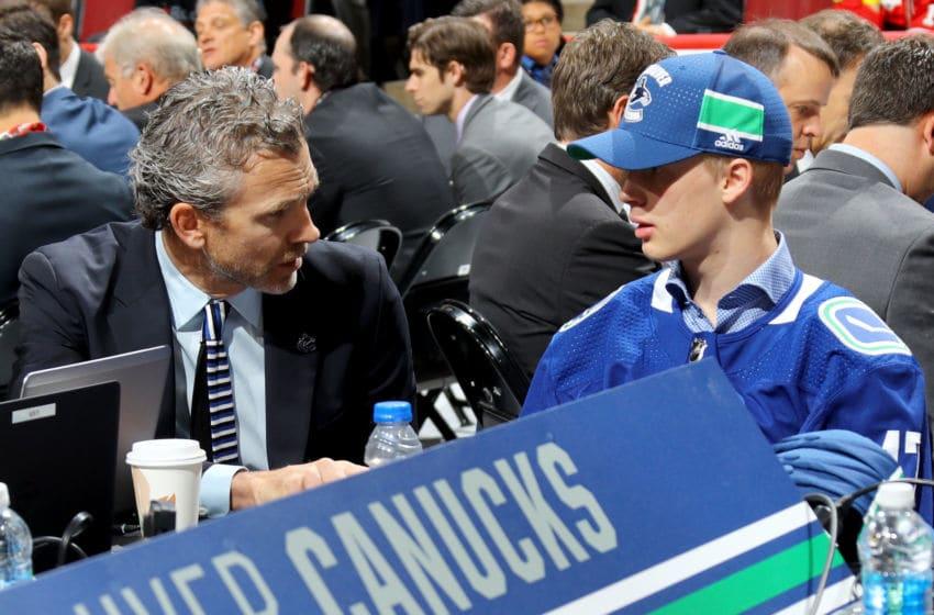CHICAGO, IL - 24 JUNI: Elias Pettersson berbicara dengan para eksekutif Vancouver Canucks setelah terpilih secara keseluruhan kelima selama NHL Draft 2017 di United Center pada 24 Juni 2017 di Chicago, Illinois. (Foto oleh Bruce Bennett / Getty Images)