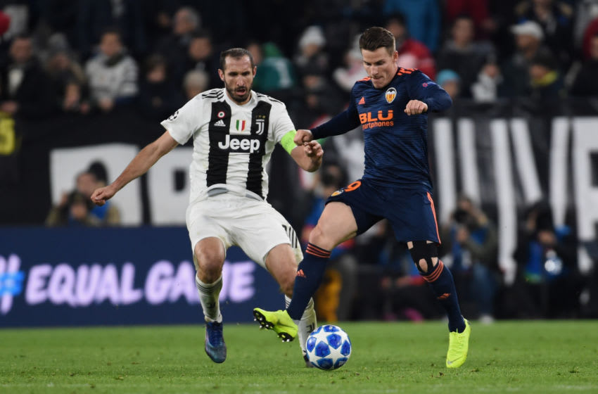 TURIN, ITALY - NOVEMBER 27: (L- R) Leonardo Bonucci of Juventus competes for the ball with Kevin Gameiro of Valencia during the Group H match of the UEFA Champions League between Juventus and Valencia at on November 27, 2018 in Turin, Italy. (Photo by Pier Marco Tacca/Getty Images)