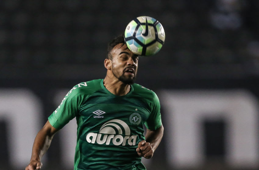 SANTOS, BRAZIL - JULY 19: Fabricio Bruno #14 of Chapecoense in action during the match between Santos and Chapecoense as a part of Campeonato Brasileiro 2017 at Vila Belmiro Stadium on July 19, 2017 in Santos, Brazil. (Photo by Ricardo Nogueira/Getty Images)