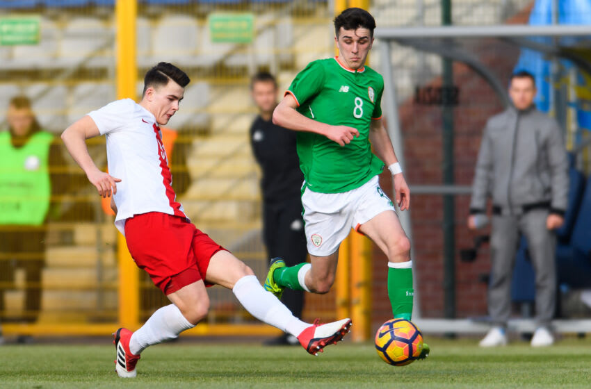 LEGNICA, POLAND - MARCH 27: Wiktor Plesnierowicz of Poland passes the ball next to Barry Coffey of Republic of Ireland during UEFA Under-17 Championship Elite Round Group 3 match between Poland and Republic of Ireland on March 27, 2018 in Legnica, Poland. (Photo by Pawel Andrachiewicz/PressFocus/MB Media/Getty Images)
