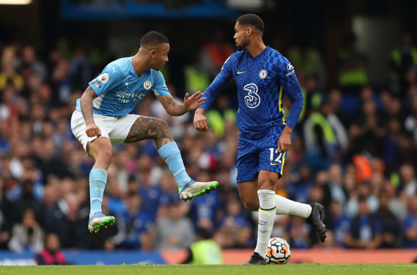 LONDON, ENGLAND - SEPTEMBER 25: Gabriel Jesus of Manchester City and Ruben Loftus-Cheek of Chelsea during the Premier League match between Chelsea and Manchester City at Stamford Bridge on September 25, 2021 in London, England. (Photo by James Williamson - AMA/Getty Images)