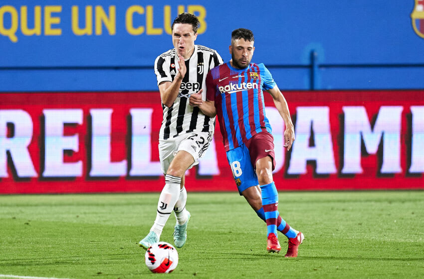BARCELONA, SPAIN - AUGUST 08: Jordi Alba of FC Barcelona competes for the ball with Federico Chiesa of Juventus during the Joan Gamper Trophy match between FC Barcelona and Juventus at Estadi Johan Cruyff on August 08, 2021 in Barcelona, Spain. (Photo by Pedro Salado/Quality Sport Images/Getty Images)