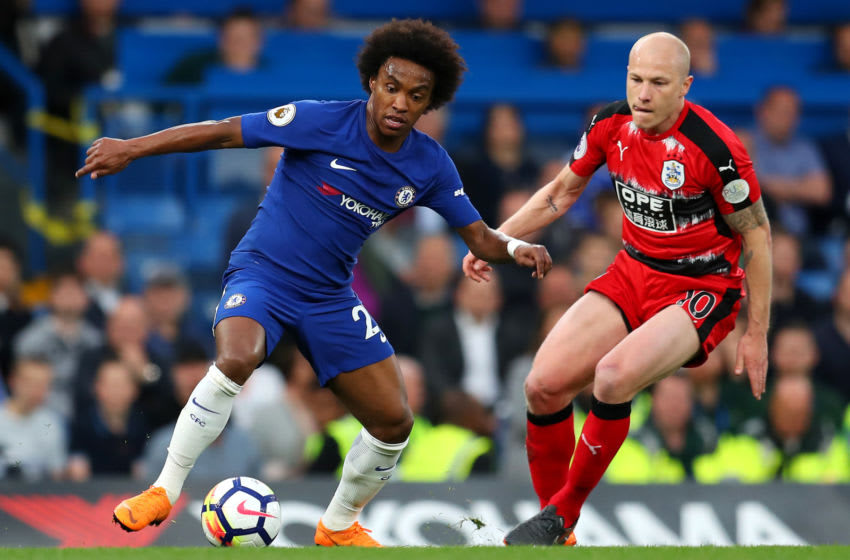 LONDON, ENGLAND - MAY 09: Willian of Chelsea controls the ball as Aaron Mooy of Huddersfield Town looks on during the Premier League match between Chelsea and Huddersfield Town at Stamford Bridge on May 9, 2018 in London, England. (Photo by Catherine Ivill/Getty Images)