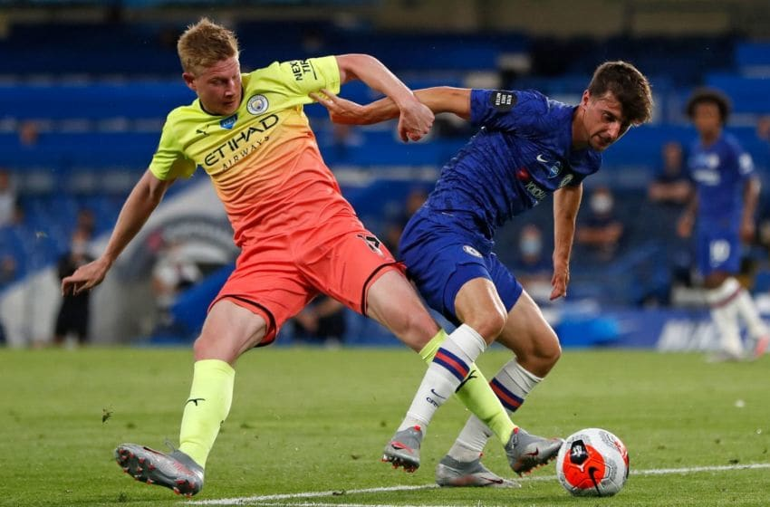 Manchester City's Belgian midfielder Kevin De Bruyne (L) vies with Chelsea's English midfielder Mason Mount during the English Premier League football match between Chelsea and Manchester City at Stamford Bridge in London on June 25, 2020. (Photo by PAUL CHILDS / POOL / AFP) / RESTRICTED TO EDITORIAL USE. No use with unauthorized audio, video, data, fixture lists, club/league logos or 'live' services. Online in-match use limited to 120 images. An additional 40 images may be used in extra time. No video emulation. Social media in-match use limited to 120 images. An additional 40 images may be used in extra time. No use in betting publications, games or single club/league/player publications. / (Photo by PAUL CHILDS/POOL/AFP via Getty Images)