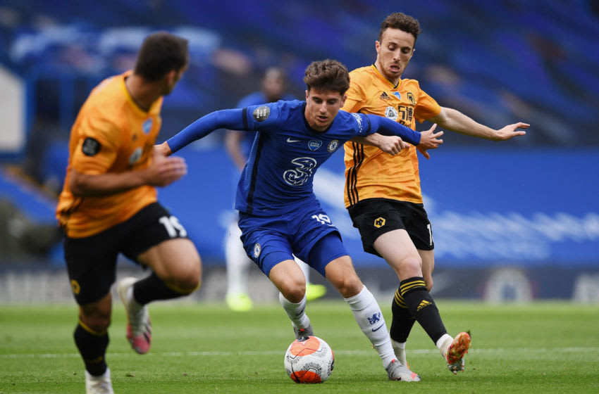 LONDON, ENGLAND - JULY 26: Mason Mount of Chelsea battles for possession with Diogo Jota of Wolverhampton Wanderers during the Premier League match between Chelsea FC and Wolverhampton Wanderers at Stamford Bridge on July 26, 2020 in London, England. Football Stadiums around Europe remain empty due to the Coronavirus Pandemic as Government social distancing laws prohibit fans inside venues resulting in all fixtures being played behind closed doors. (Photo by Daniel Leal-Olivas/Pool via Getty Images)