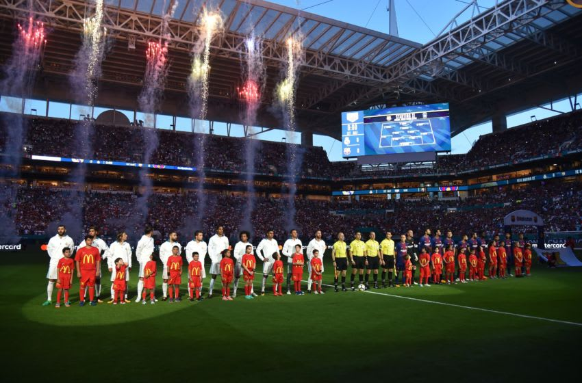 Real Madrid (L) and Barcelona (R) teams pose during their International Champions Cup football match at Hard Rock Stadium on July 29, 2017 in Miami, Florida. Barcelona won 3-2. / AFP PHOTO / HECTOR RETAMAL (Photo credit should read HECTOR RETAMAL/AFP/Getty Images)