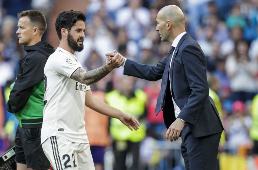 MADRID, SPAIN - MARCH 16: (L-R) Isco of Real Madrid, coach Zinedine Zidane of Real Madrid during the La Liga Santander match between Real Madrid v Celta de Vigo at the Santiago Bernabeu on March 16, 2019 in Madrid Spain (Photo by David S. Bustamante/Soccrates/Getty Images)