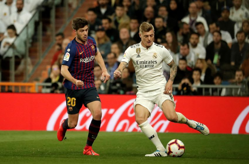 MADRID, SPAIN - MARCH 02: Toni Kroos (R) of Real Madrid in action against Sergi Roberto of Barcelona during the La Liga week 26 soccer match between Real Madrid and Barcelona at Santiago Bernabeu Stadium in Madrid, Spain on March 02, 2019. (Photo by Burak Akbulut/Anadolu Agency/Getty Images)