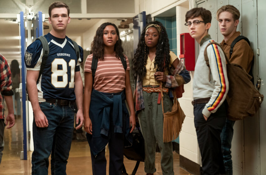 THERE'S SOMEONE INSIDE YOUR HOUSE (L to R) BURKELY DUFFIELD asCALEB GREELEY, SYDNEY PARK asMAKANI YOUNG, ASJHA COOPER asALEX CRISP, JESSE LATOURETTE asDARBY, DALE WHIBLEY asZACH SANFORD in THERE'S SOMEONE INSIDE YOUR HOUSE. Cr. DAVID BUKACH/NETFLIX © 2021