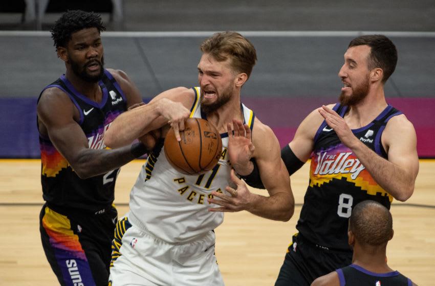 Phoenix Suns Deandre Ayton, Frank Kaminsky with Domantas Sabonis (Photo by Jennifer Stewart-USA TODAY Sports)