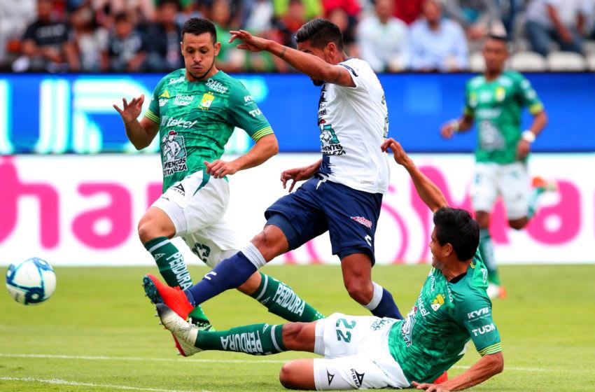 Leon defenders Ramiro González, left, and Miguel Herrera, right, bracket Pachuca striker Franco Jara. (Photo by Jam Media/Getty Images)