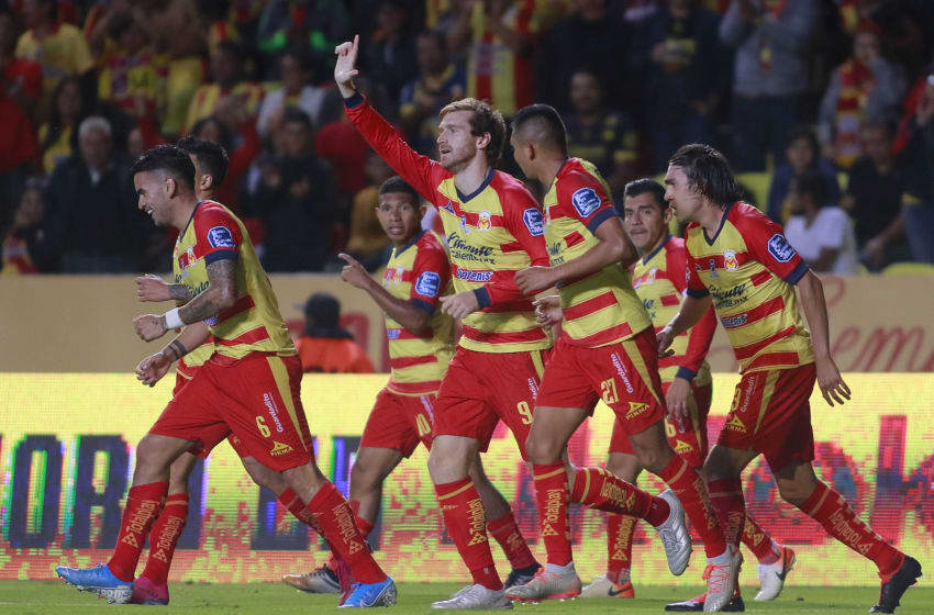 Fernando Aristeguieta (upraised hand) celebrates with teammates after scoring Morelia's go-ahead goal . (Photo by Cesar Gomez/Jam Media/Getty Images)