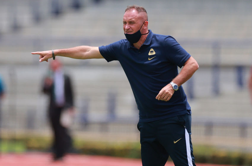 MEXICO CITY, MEXICO - AUGUST 09: Andres Lillini, head coach of Pumas UNAM gestures during the 3rd round match between Pumas UNAM and FC Juarez as part of the Torneo Guard1anes 2020 Liga MX at Olimpico Universitario Stadium on August 09, 2020 in Mexico City, Mexico. (Photo by Hector Vivas/Getty Images)