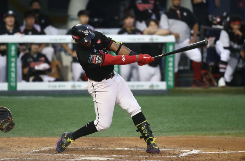 SEOUL, SOUTH KOREA - AUGUST 16: Outfielder Rojas Jr. Mel #24 of KT Wiz bats in the top of seventh inning during the KBO League game between KT Wiz and Doosan Bears at the Jamsil Stadium on August 16, 2020 in Seoul, South Korea. (Photo by Chung Sung-Jun/Getty Images)