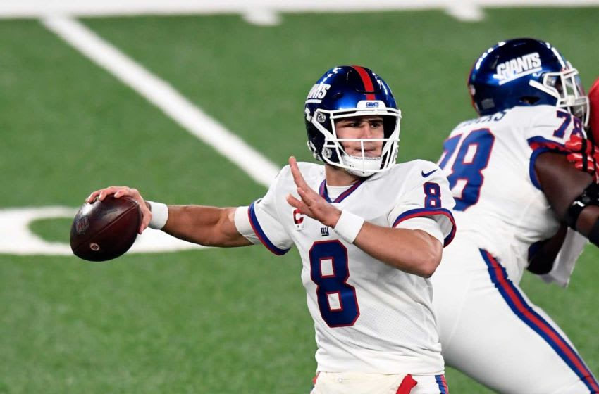 New York Giants quarterback Daniel Jones (8) throws against the Tampa Bay Buccaneers in the first half of an NFL game at MetLife Stadium on Monday, Nov. 2, 2020, in East Rutherford. Nyg Vs Tb