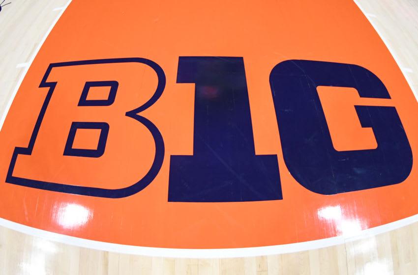 CHAMPAIGN, IL - 13 NOVEMBRE: Le logo Big 10 sur le sol avant un match de basket-ball universitaire entre les Georgetown Hoyas et l'Illinois Fighting Illini au State Farm Center le 13 novembre 2018 à Champaign, Illinois.  (Photo de Mitchell Layton / Getty Images) *** légende locale ***