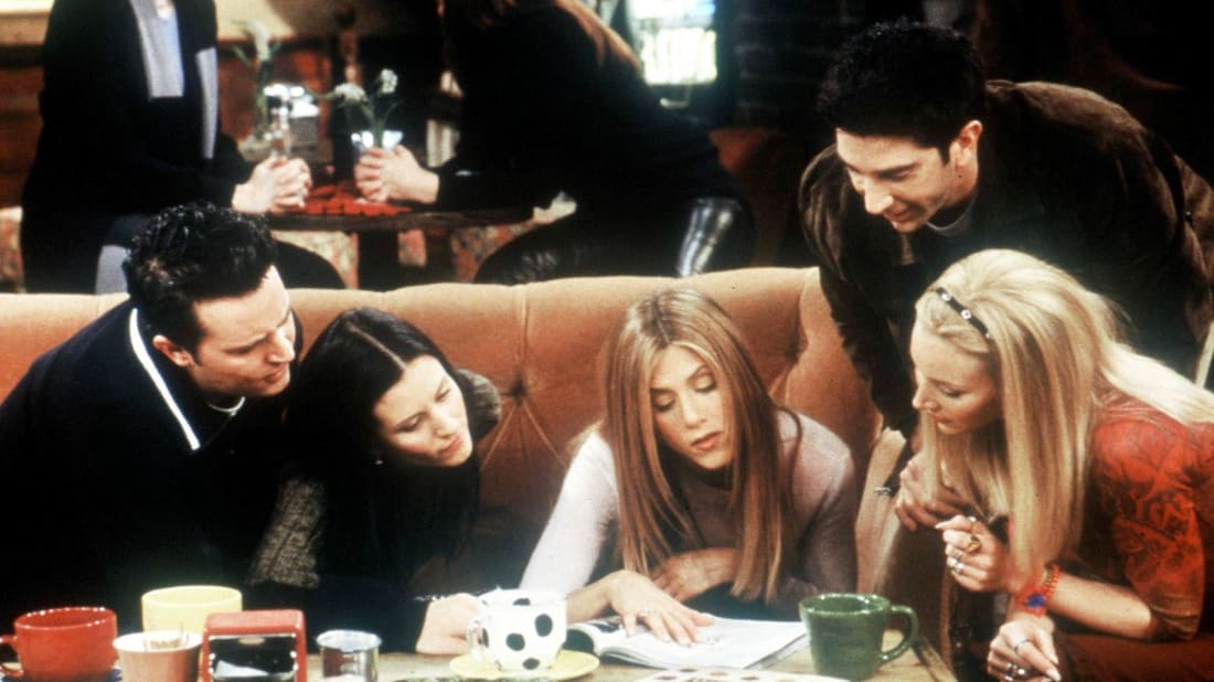 Matthew Perry, Courteney Cox, Jennifer Aniston, David Schwimmer, and Lisa Kudrow hang out at Central Perk in Friends.