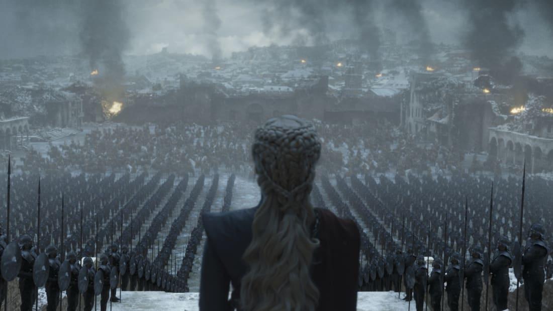 Emilia Clarke como Daenerys Targaryen no final da série Game of Thrones.