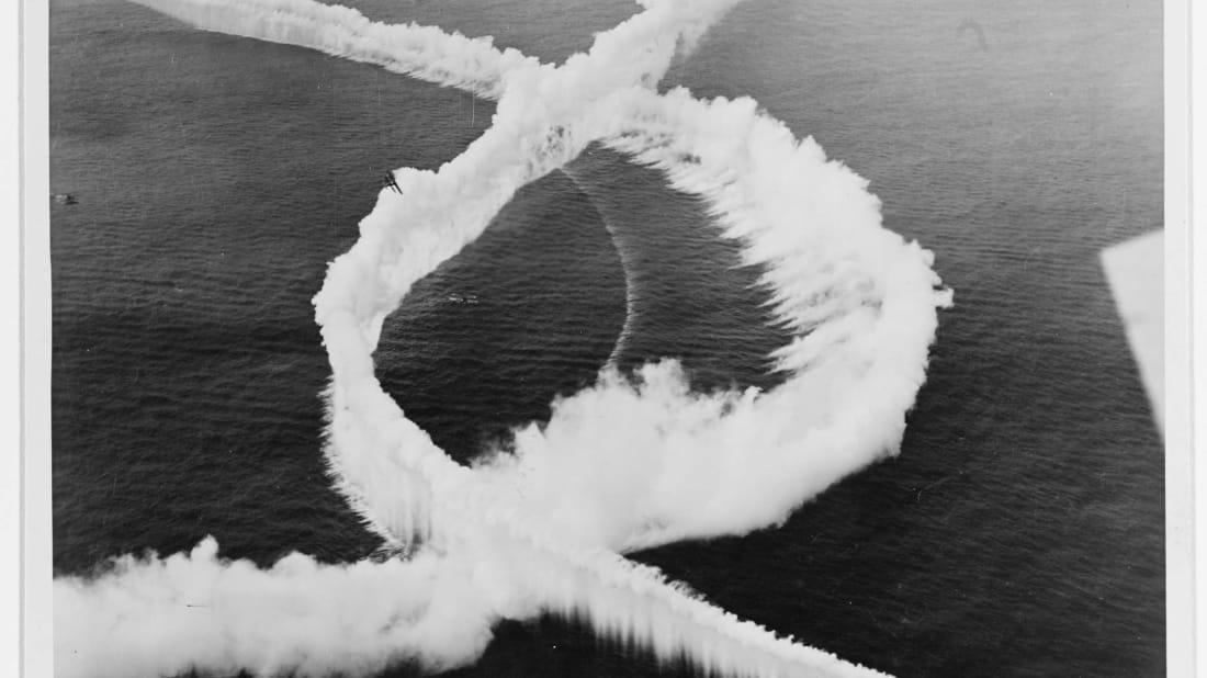 Aviões da Marinha criando cortinas de fumaça durante a década de 1920.