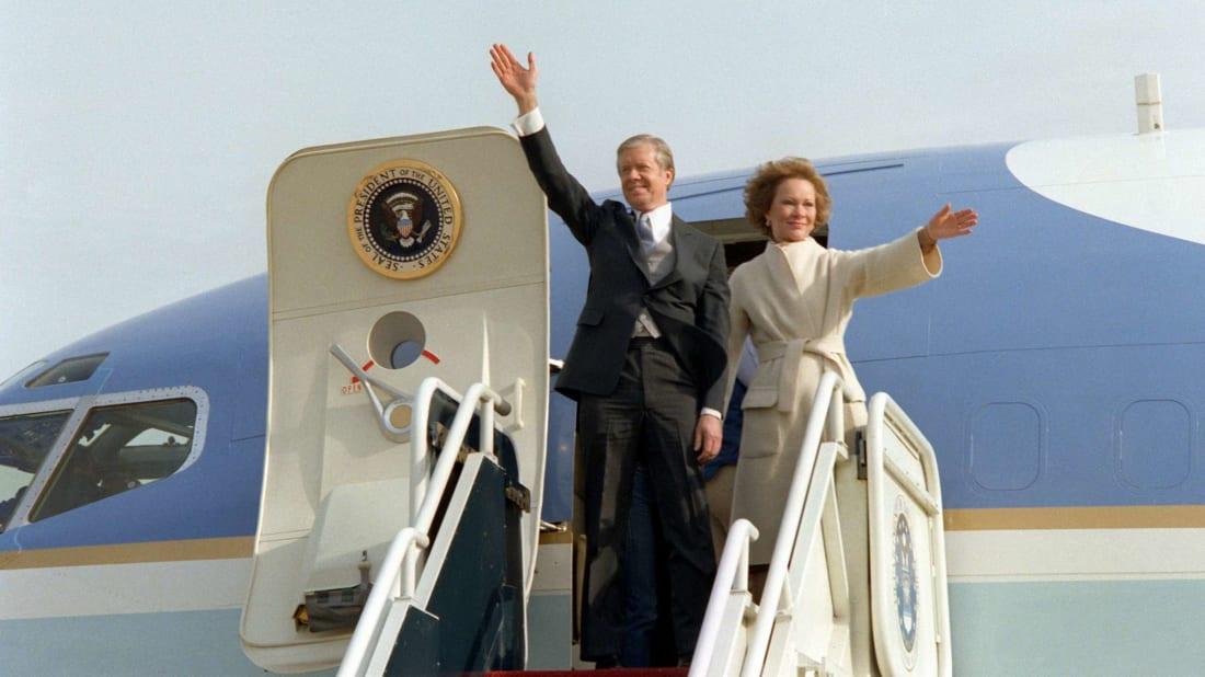 O presidente Jimmy Carter e sua esposa, Rosalynn, deixam a Casa Branca após a cerimônia de posse do presidente Ronald Reagan em 1981.