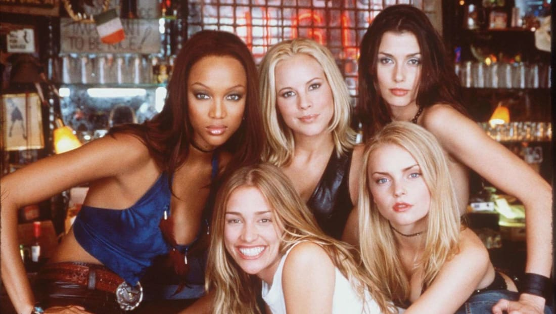Tyra Banks, Maria Bello, Bridget Moynahan, Izabella Miko, and Piper Perabo star in Coyote Ugly (2000).