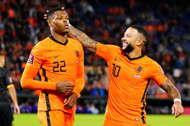 Denzel Dumfries e Memphis Depay, jogadores com a camisa da seleção da Holanda