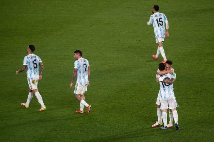 Lionel Messi, Lautaro Martinez, Rodrigo de Paul, Leandro Paredes, Nicolas Otamendi comemoram gol da Argentina