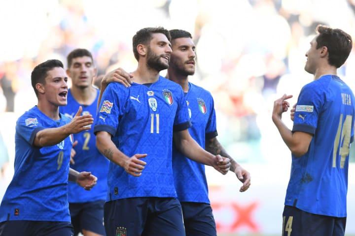 Domenico Berardi comemora com com a camisa da seleção italiana