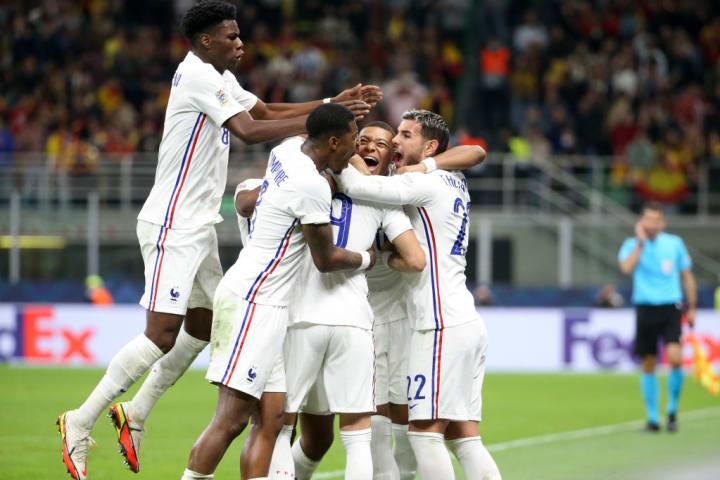 Karim Benzema, Kylian Mbappe, Theo Hernandez, Presnel Kimpembe, Aurelien Tchouameni comemoram gol com a camisa da França